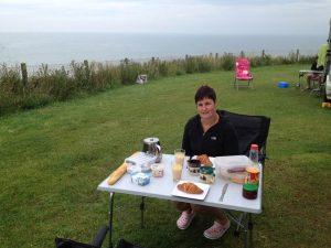 Frühstück in Frankreich am Omaha Beach